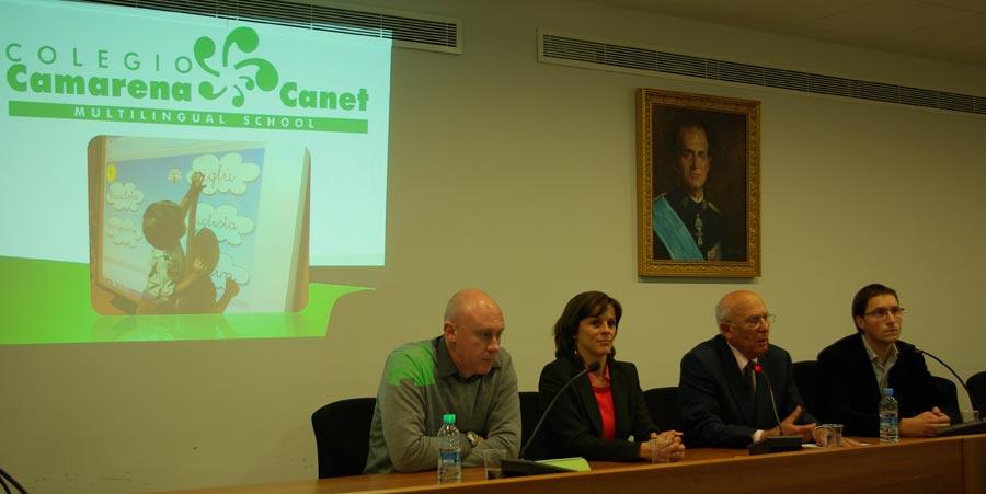 Representantes de Mas Camarena, junto a su fundador y el edil de Educación. FOTO EPDA