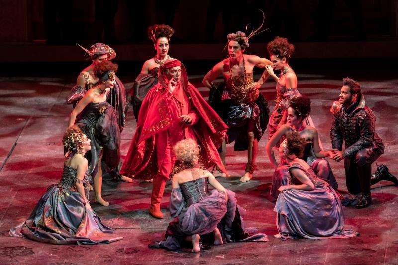 Imagen cedida por el Palau de Les Arts del barítono boloñés Leo Nucci, en el centro, durante el ensayo de la ópera. EFE