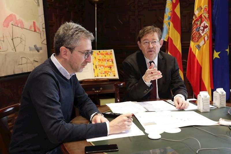 El president de la Generalitat, Ximo Puig, junto al conseller de Política Territorial, Arcadi España, durante la reunión por videoconferencia. EFE