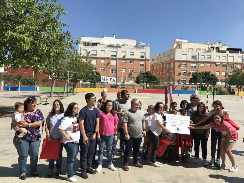 Alumnos y miembros de la Fundación con el cheque solidario. EPDA