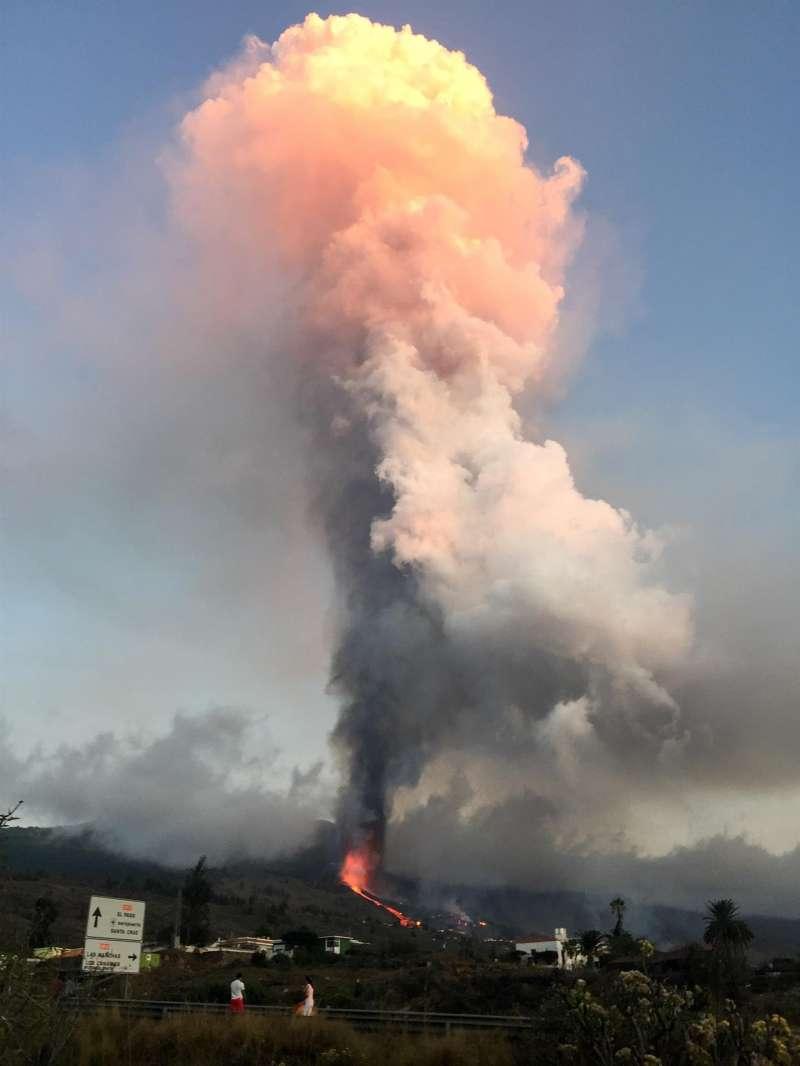 Columna de humo que surgen del volcán de la Cumbre Vieja en la isla de la Palma. EFE/Archivo