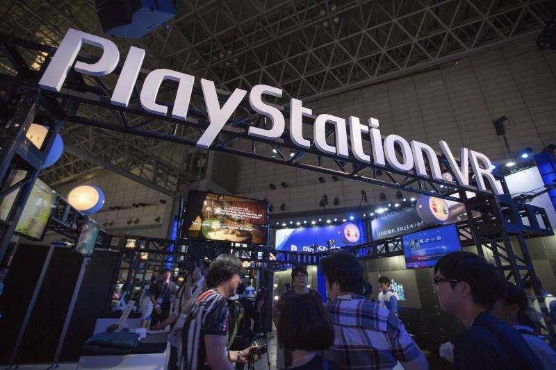 Visitantes en un expositor de Playstation. EFE/Archivo