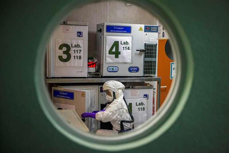 Un trabajador en el laboratorio de alta seguridad en el Centro Nacional de Biotecnología, de Madrid, que trabaja también en conseguir una vacuna. EFE/Emilio Naranjo/Archivo