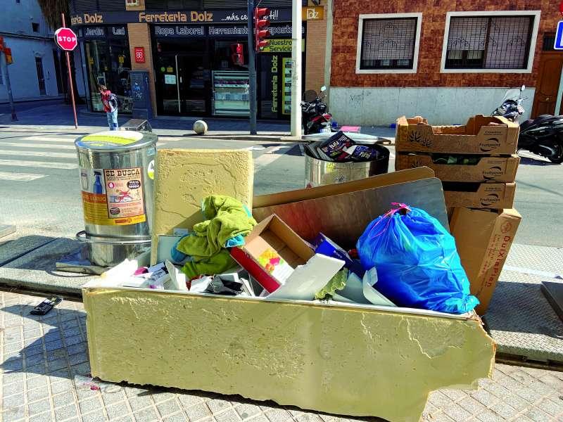 Enseres depositados junto a los contenedores en una de las calles de Alboraya. / epda