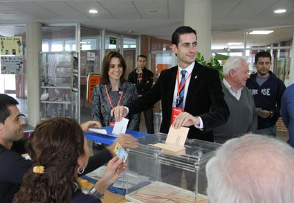 Carlos Fernández Bielsa, alcalde de Mislata, votando el 20N. FOTO EPDA
