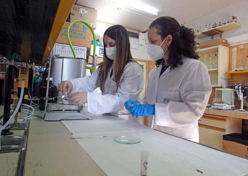 Las investigadoras Lorena Vidal (d) y Miren Alustiza de la Universidad de Alicante, en colaboración con el Hospital General de Alicante, han desarrollado un nuevo método en el análisis de la composición química de las heces para el diagnóstico y prevención del cáncer colorrectal, el segundo tumor más mortal en España.EFE/MORELL
