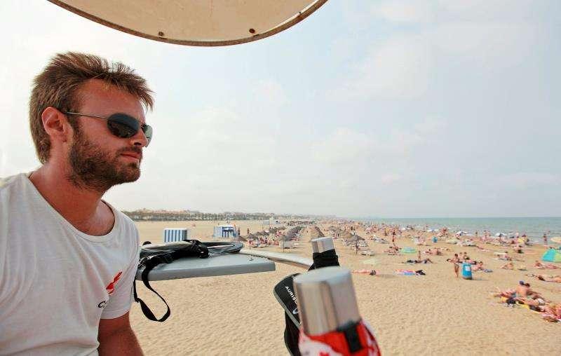 Un socorrista de la Cruz Roja vigila a los bañistas de una playa de la Comunitat Valenciana.EFE/Archivo