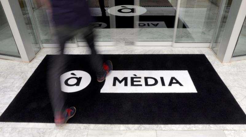 Una persona entra en las instalaciones de la nueva televisión pública