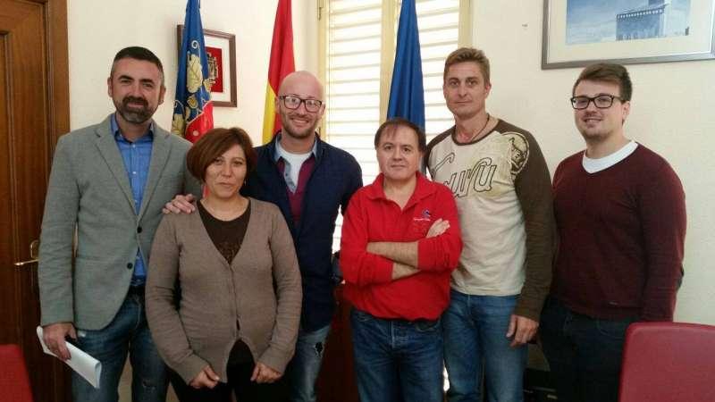 Miembros de la Federació de Comerç de Llíria junto a los nuevos miembros de la Asociación de Benissanó. //EPDA