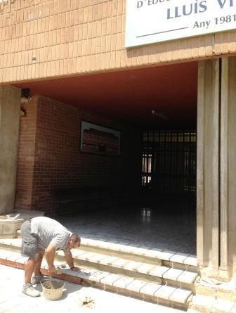 Trabajos de reparación en el colegio Lluís Vives de la Pobla de Vallbona. Foto EPDA