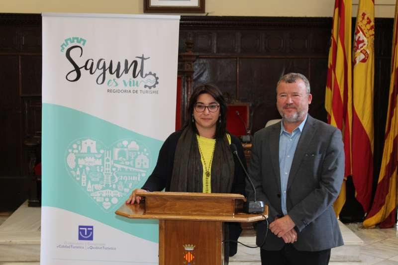 La concejala de Turismo con el alcalde de Sagunt en la rueda de prensa. EPDA
