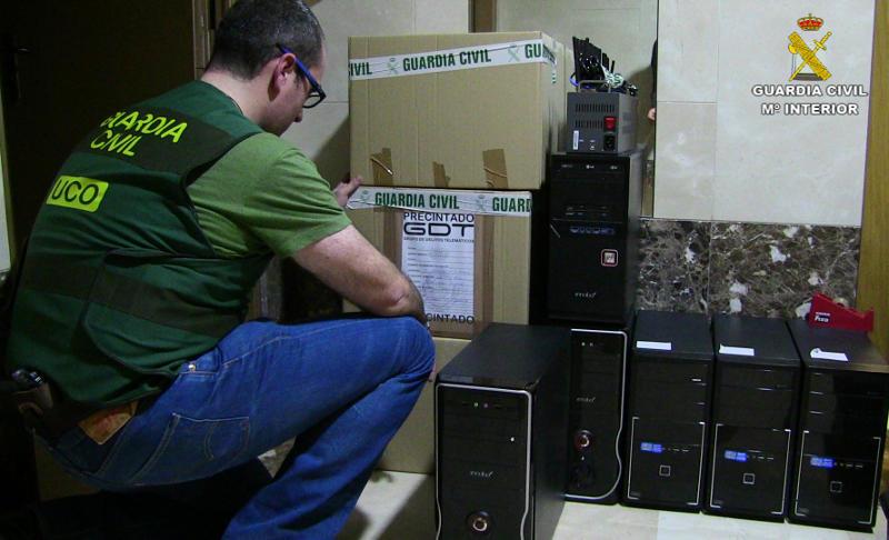 Algunos de los ordenadores incautados en la operación