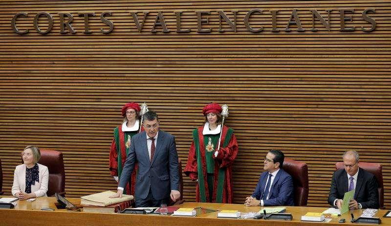 En la imagen, Enric Morera en el momento de prometer su cargo de presidente de Les Corts. EFE