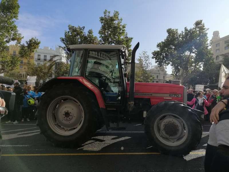 Tractor rojo en plaza del Ayuntamiento. EPDA