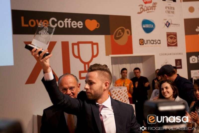 José Vicente Arrue recogiendo su premio. //EPDA