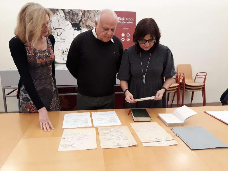 Tres personas analizando los documentos firmados por el escritor valenciano.- EPDA