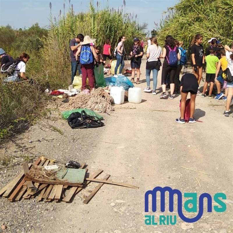 Recogida de residuos en los ríos, en una imagen compartida por Fundació Limne. EFE