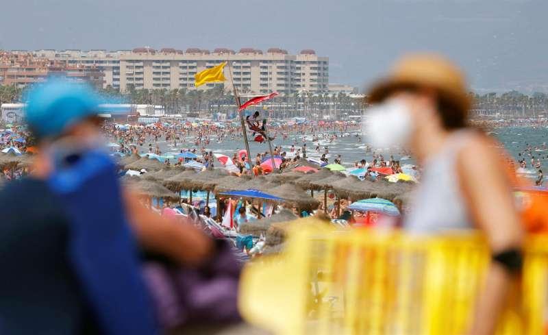 Bañistas llenan una playa valenciana para mitigar las altas temperaturas. EFE/Manuel Bruque