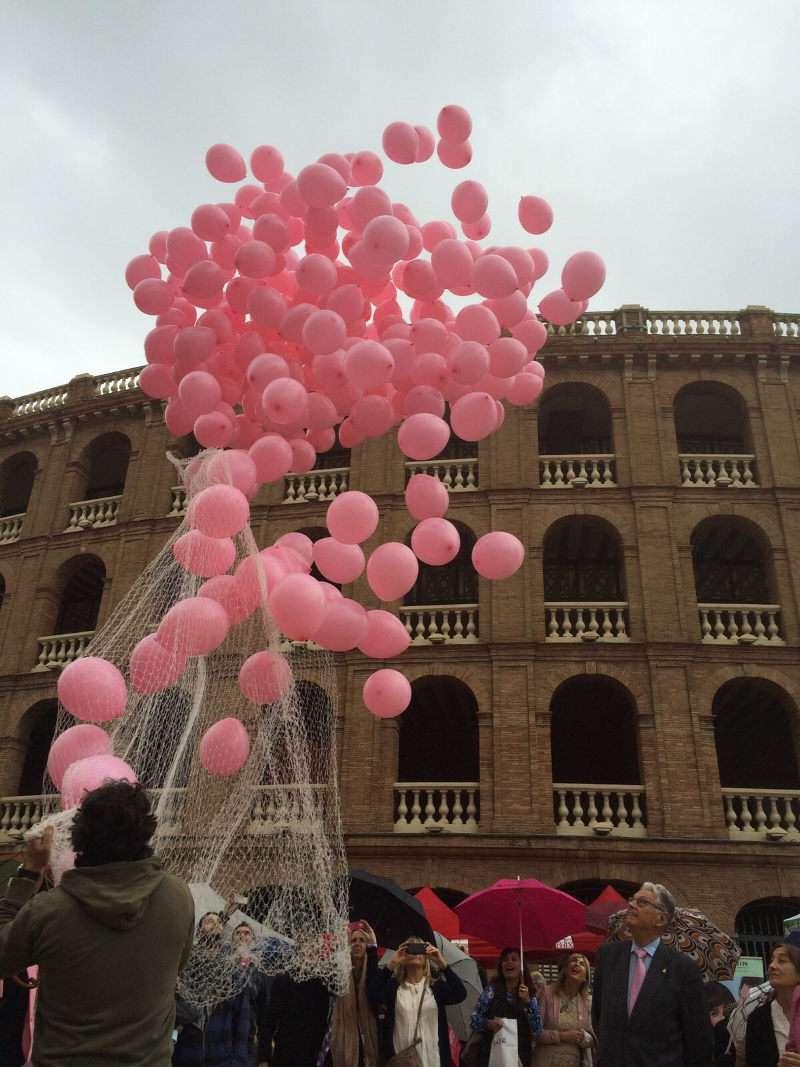 Suelta de globos para conmemorar el Día contra el Cáncer de Mama