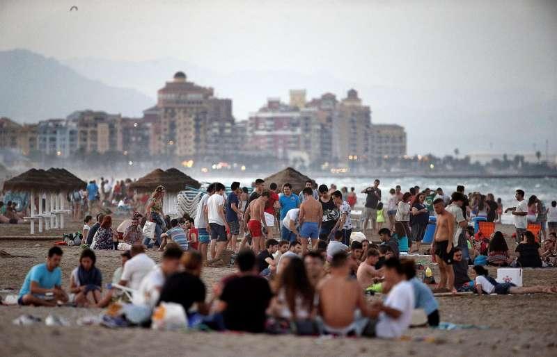 Cientos de personas en la playa de la Patacona de Alboraya (Valencia), para celebrar la noche de San Juan en 2017.