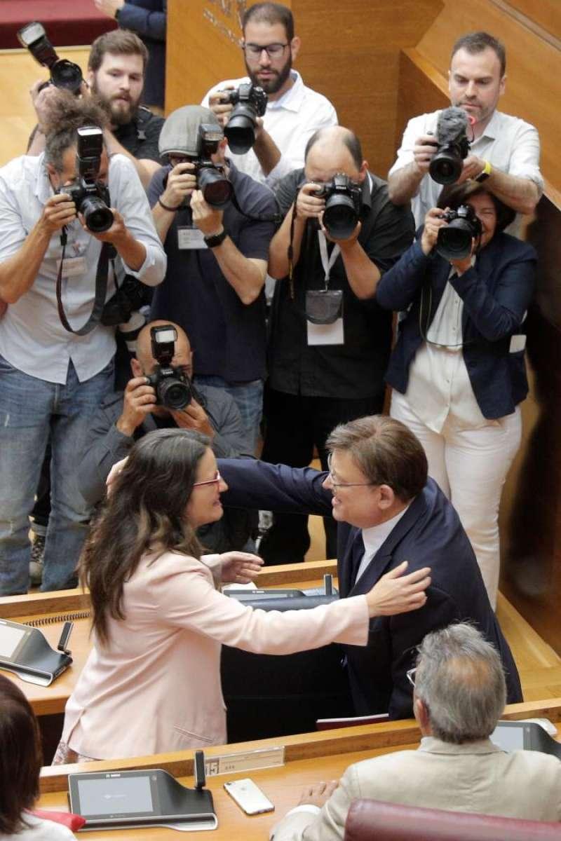 Oltra felicita a Puig tras su discurso. EFE