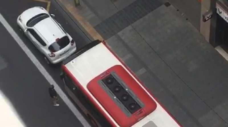 Momento en el que el autobús embiste contra el vehículo. EPDA