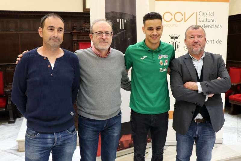 El alcalde de Sagunt, Quico Fernández, y el concejal de Deportes, Miguel Chover, con el atleta local Abderrahman El Khayami. EPDA