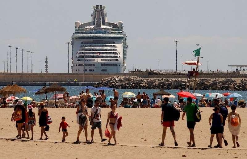 Imagen de archivo de un crucero entrando en el puerto de Valencia junto a la playa de la Malvarrosa. EFE/Juan Carlos Cárdenas/Archivo