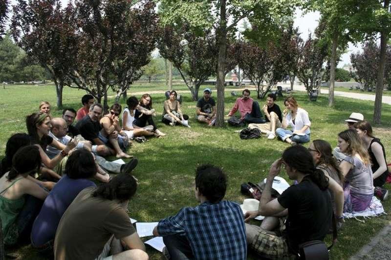 Una treintena licenciados y estudiantes universitarios españoles sentados en un parque. EFE/Paloma Caballero/Archivo