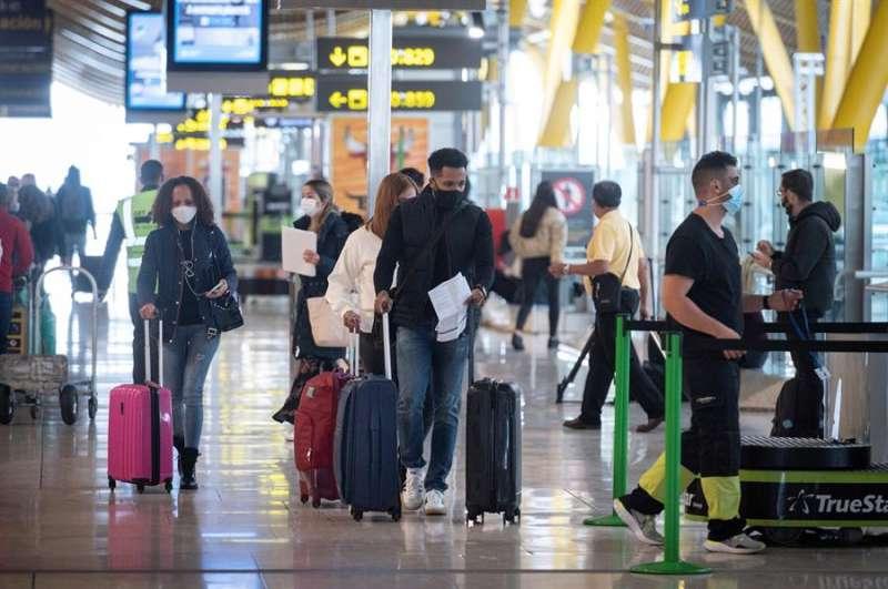 Vista de pasajeros en la terminal T-4 del aeropuerto Madrid- Barajas Adolfo Suárez. EFE/Fernando Villar/Archivo