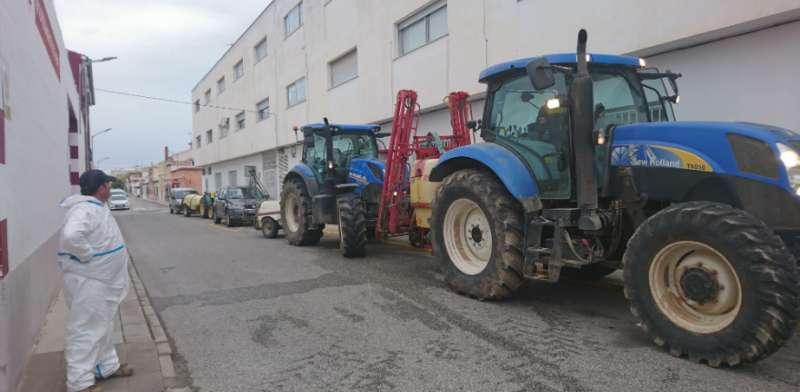 Tractoristas limpiando en Aspe
