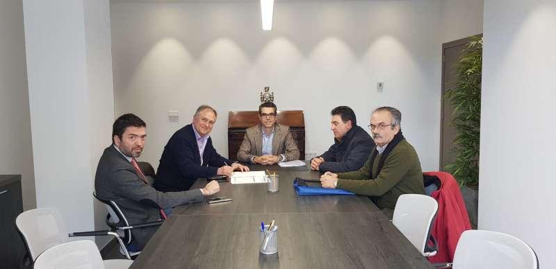 Momento de la firma de los terrenos de Renfe. / EPDA