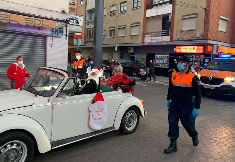 Papa Noel ha tractat de recórrer tots els racons del municipi, començant el seu trajecte en la plaça Llotgeta. EPDA.