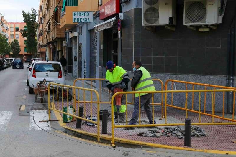 Oeprarios trabajando en las calles de Torrent