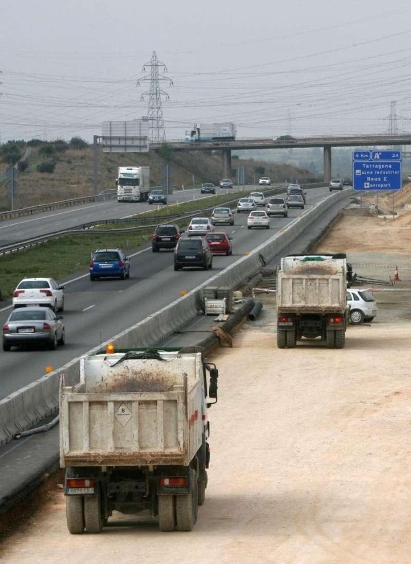 Imagen de archivo de obras en una autopista. EFE/Archivo