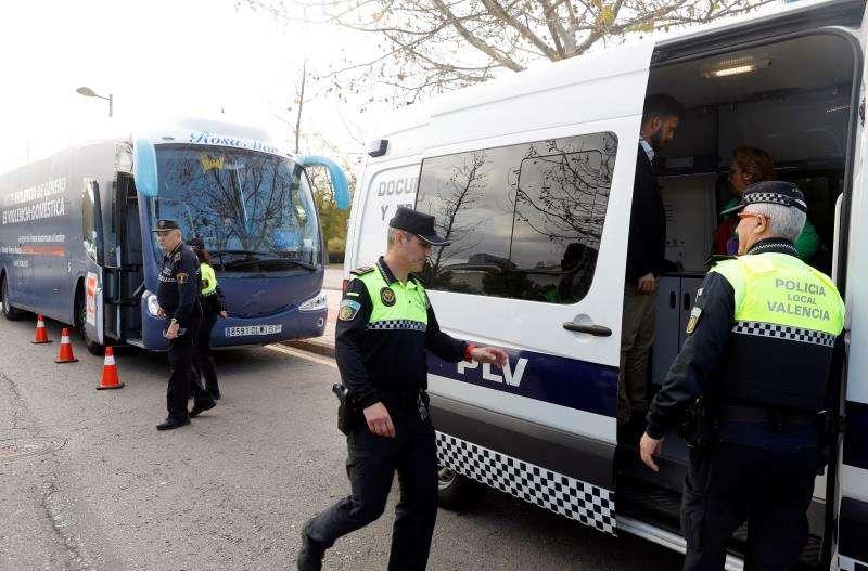 Agentes de la Policía Local de València ante al autobús de HazteOír, ayer. EFE