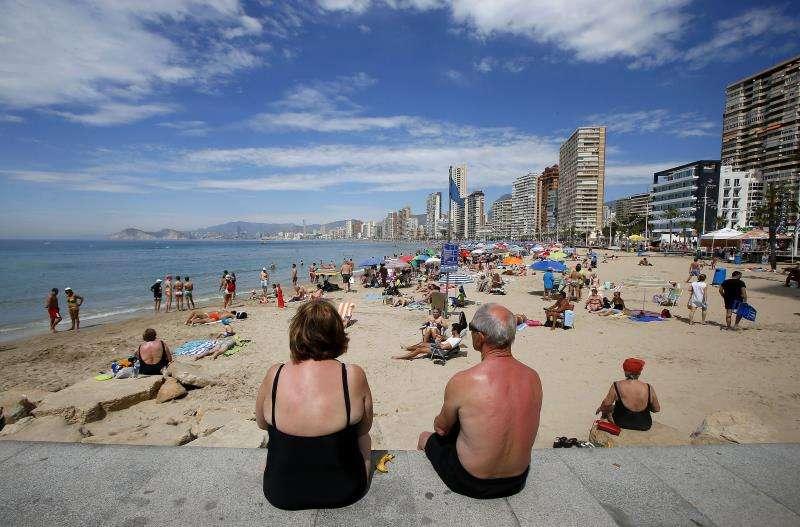 Dos jubilados disfrutan del sol en Benidorm. EFE/Archivo