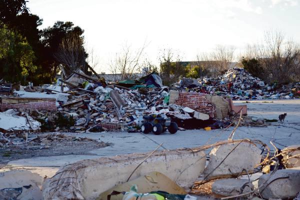 Escombros y basura en los terrenos de las antiguas instalaciones del cuartel militar de Bonrepós i Mirambell. EPDA
