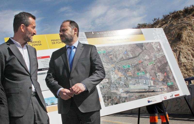 El Ministro de Fomento, José Luis Ábalos (d), conversa con el alcalde de Elche, Carlos González, durante la presentación del proyecto de conexión de la N-332/A-70 con el aeropuerto de Alicante-Elche. EFE