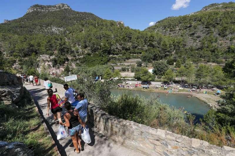 Cada verano la pequeña localidad castellonense de Montanejos, de poco más de 530 habitantes, recibe a miles de turistas atraídos por sus aguas termales y sus paisajes. En la imagen, sus piscinas naturales o baños. EFE/Manuel Bruque/Archivo