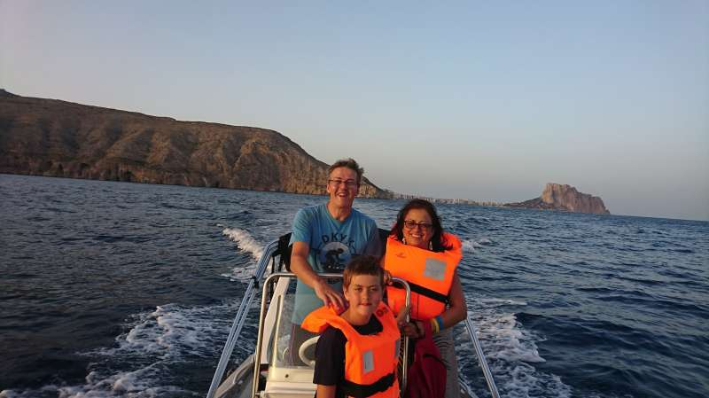 Una familia navega en una embarcación.