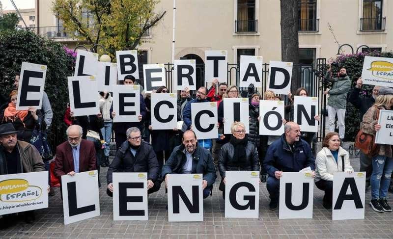 Participantes en la concentración convocada por la Asociación Hablamos Español en València. EFE/Ana Escobar