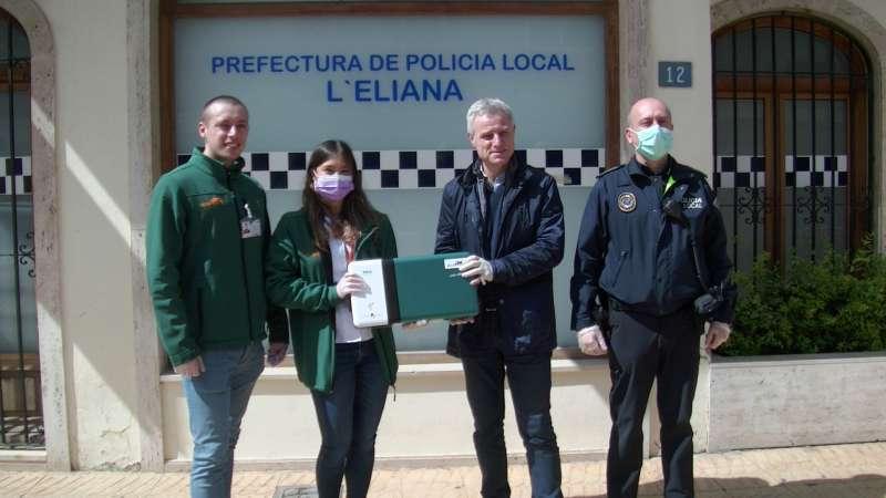 Representantes de la empresa entregan al alcalde la máquina de ozono. / EPDA