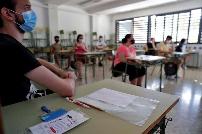 Estudiantes del IES Benlliure de Valéncia se disponen a comenzar su prueba de acceso a la universidad. EFE