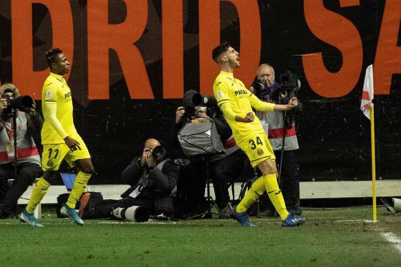 El delantero del Villarreal Fernando Niño (d) celebra su gol, primero del equipo ante el Rayo Vallecan. EFE/ Rodrigo Jiménez