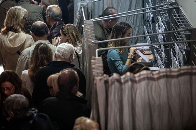La participación en las elecciones generales en la Comunitat Valenciana ha llegado a las 14 horas al 42,45 por ciento del censo. EFE/ Biel Aliño