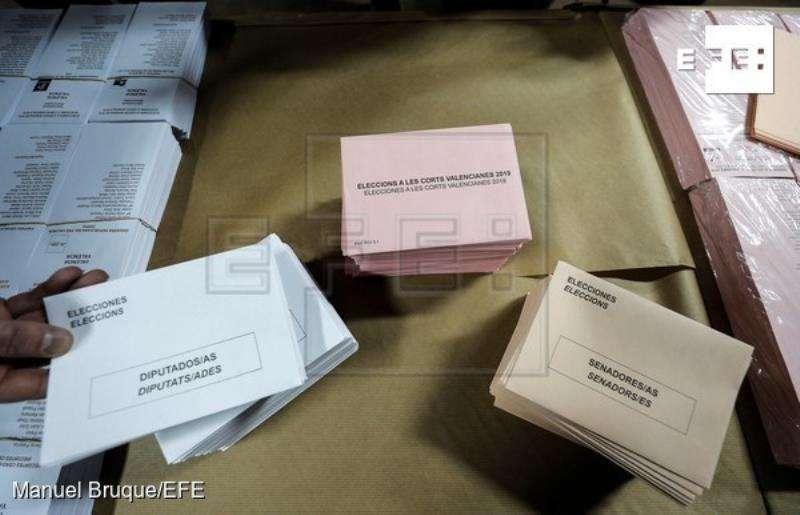 Un hombre muestra los sobres electorales en las dependencias en las que se almacena este material, que el próximo domingo 28 de abril estará a disposición de los votantes en los colegios electorales con motivo de las elecciones generales y autonómicas en la Comunitat Valenciana. EFE