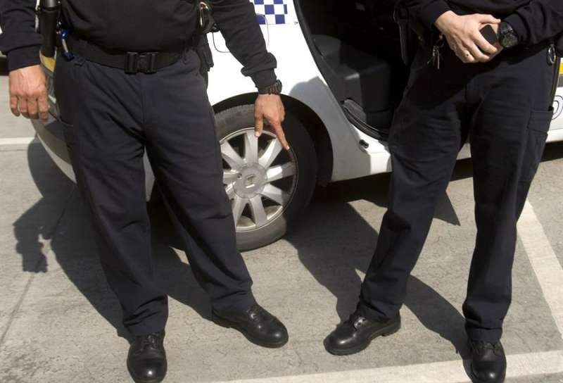 Vista parcial de dos policías de servicio. EFE/Archivo
