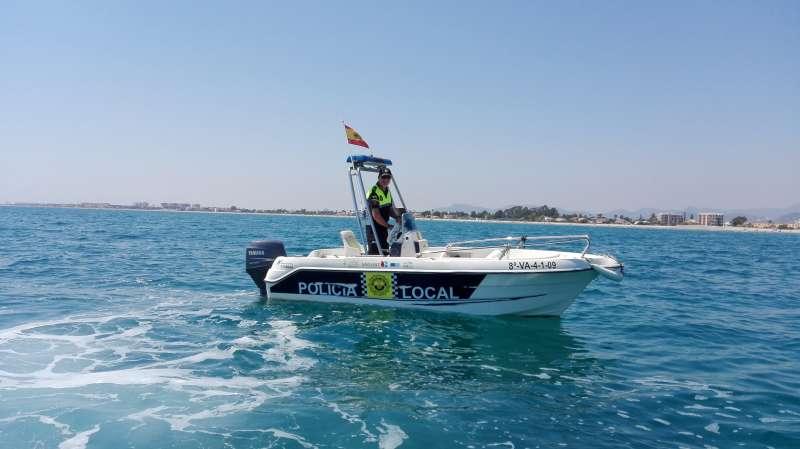 Un agente de la Policía Local de Playas de Sagunt. EPDA