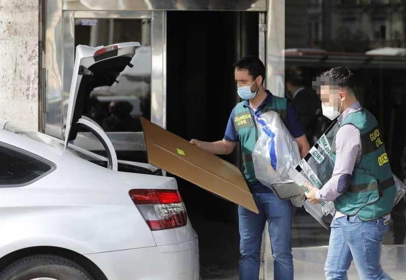 Miembros de la UCO se llevan material de la vivienda del exvicealcalde de Valencia Alfonso Grau, tras el registro efectuado por agentes de la UCO tras ser detenido al ex subdelegado del Gobierno Rafael Rubio. / EFE